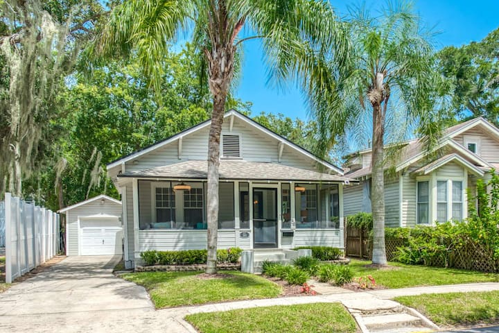Adorable Bungalow -Walking distance to Downtown Attractions, Fenced Yard, Parking, Beach 3 mi