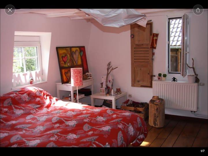 Une chambre dans une maison typique