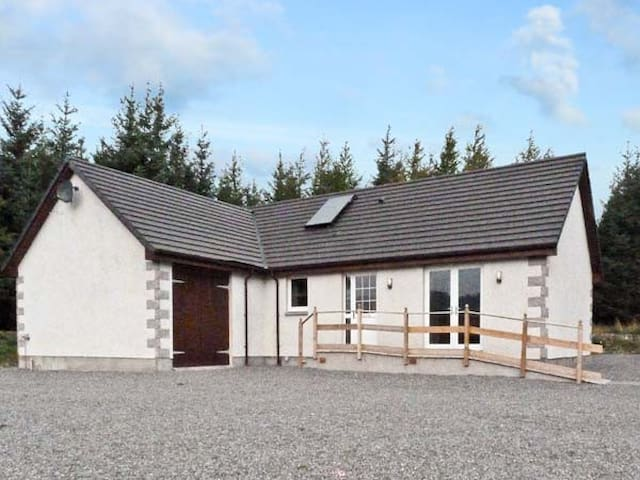 BRAEWOOD, country holiday cottage in Whitebridge, Ref 8047