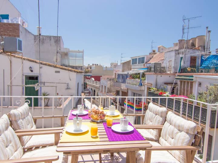 PURPLE ATTIC Penthouse with terrace, AC and WIFI in Sitges.