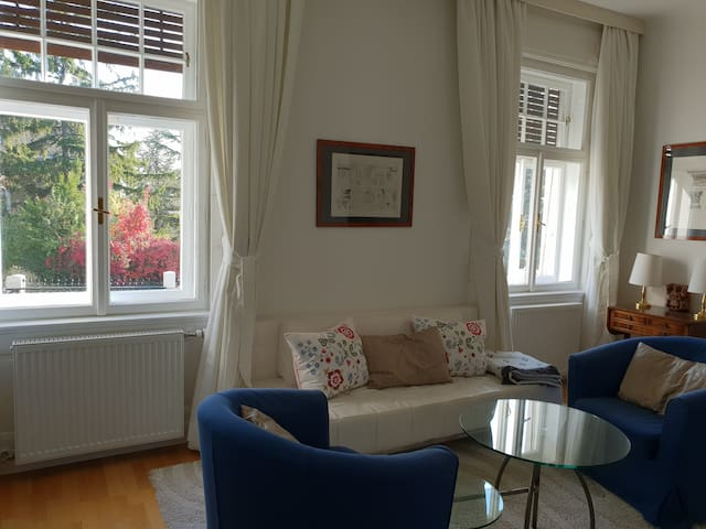 Gemütliches Wohnzimmer mit ausziehbarer Couch und Flat TV