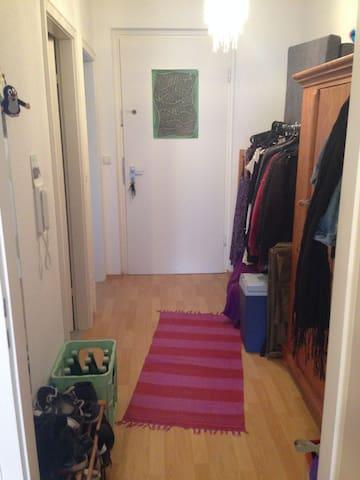 Der Blick vom Zimmer in den Gang auf die Ausgangstüre.