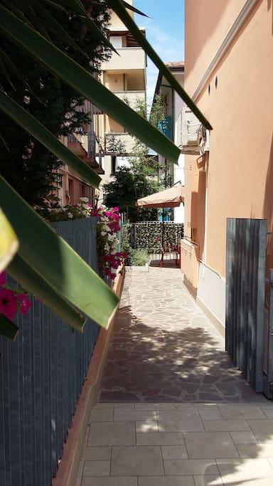 l'accesso al giardinetto e all'appartamento