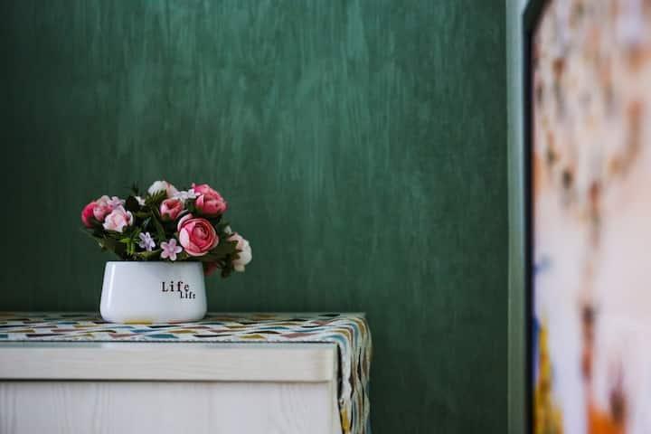 近五源河体育馆/国际会展中心旁亲海民宿,情侣、独自旅行、闺蜜小姐妹打卡大床房/干净舒适有阳台