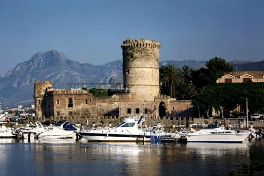 Il bellissimo porto e il castello di San Nicola L'arena