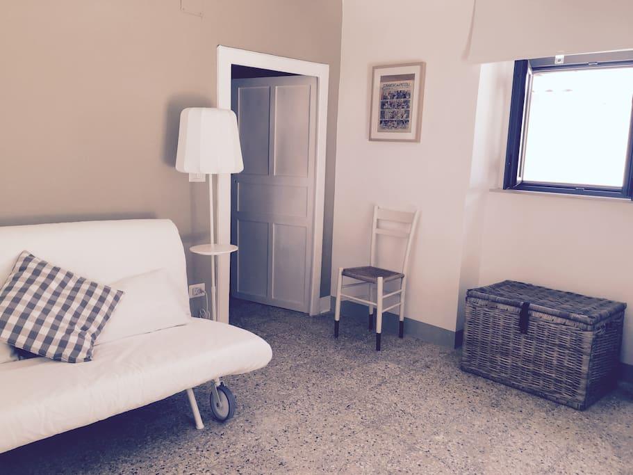 ingresso con divano letto a due posti