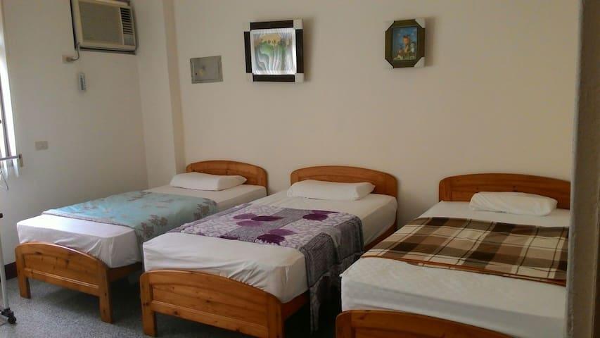 Carlos 溫馨,舒適,實用的背包客房,適合朋友同學一起共宿。混合3人房,混合4人房,混合6人房。