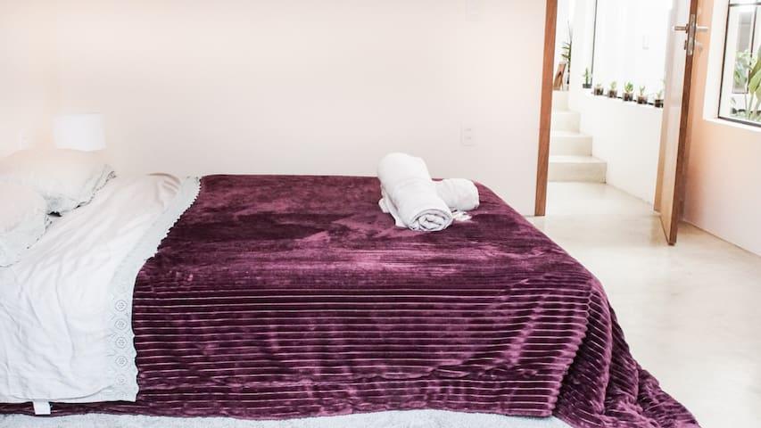Quarto 2 - Cama queen e cama de solteiro estão ao lado do banheiro social.