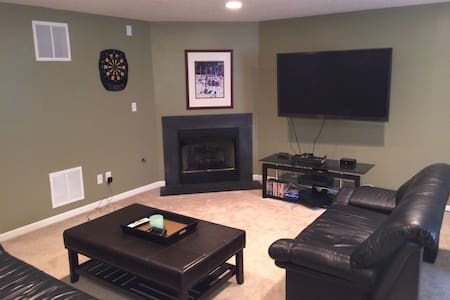 Private room in New Albany condo! - House