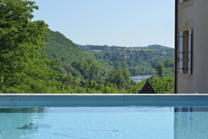 Vue depuis notre piscine sur le château des Milandes
