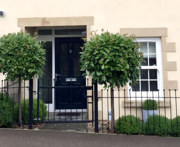 Centrally LocatedTownhouse. 3 ensuite bedrooms.