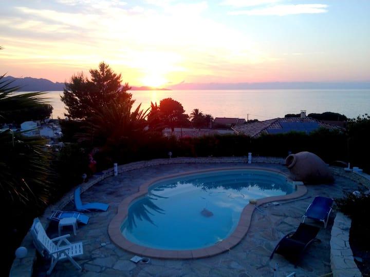 Sea view, private pool, close shops