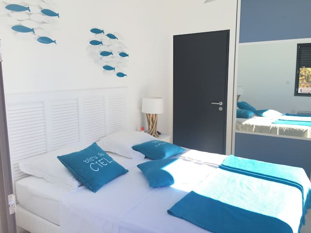 Chambre 2: deux adultes, avec baie vitrée sur terrasse, lit 160cm avec climatisation réversible et ventilateur de plafond.