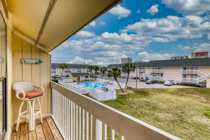 Cozy coastal condo w/ a shared, heated pool, hot tub, tennis, & beach access
