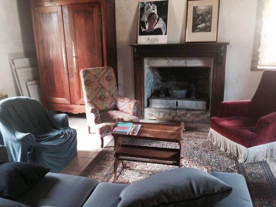 Salon et cheminée. Canapé lit