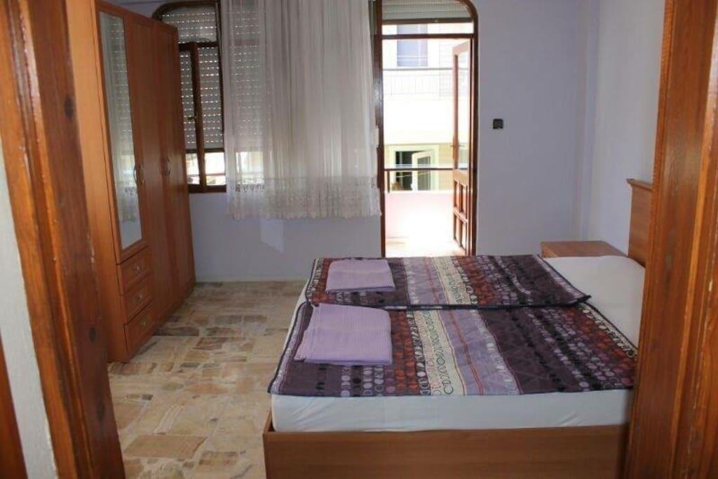 Schlafzimmer mit Doppelbett in der ersten Erage