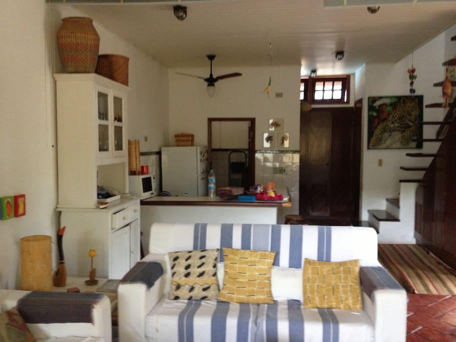 sala e cozinha ao fundo com a escada