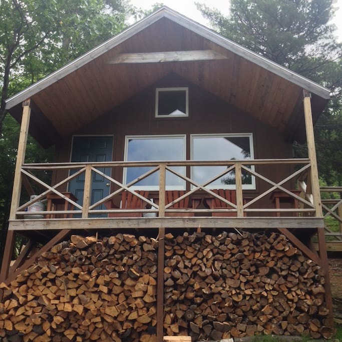 The front of the cabin, looking straight into Mount Washington!