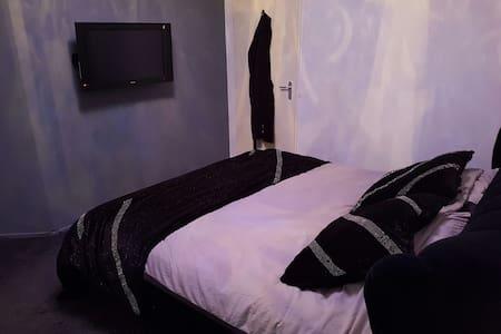 Luxe prive room, tv, kitchen, bathroom dining room - Capelle aan den IJssel