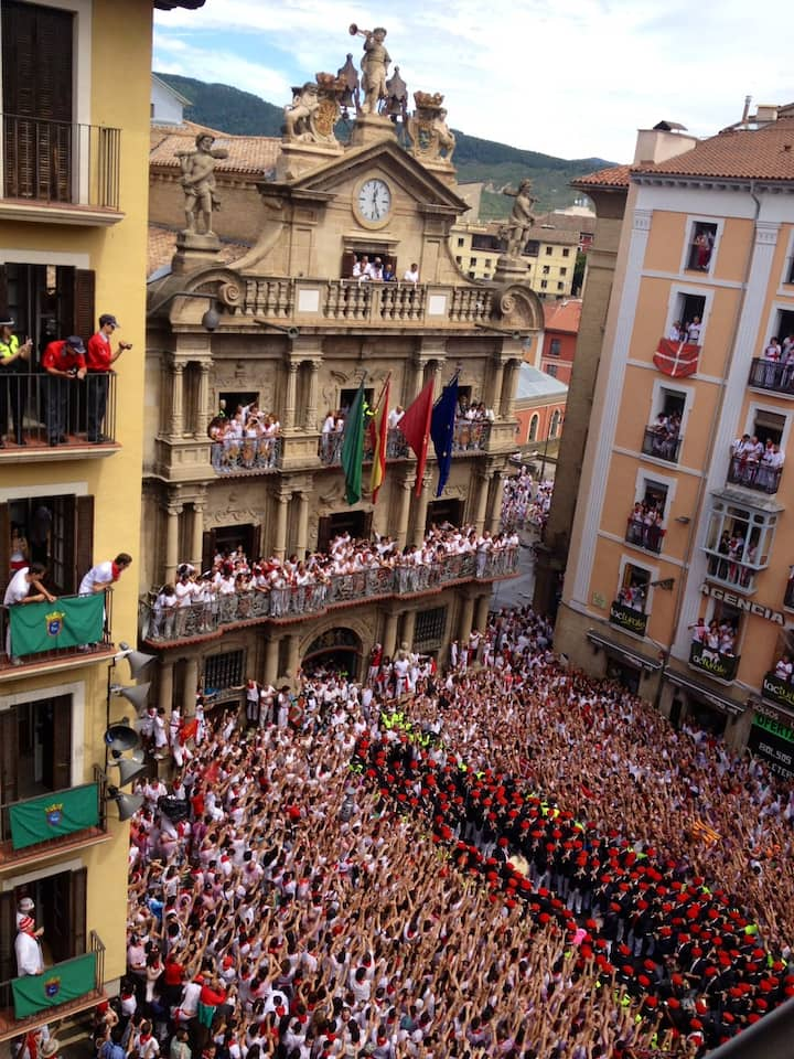 Frente al Ayuntamiento de Pamplona!