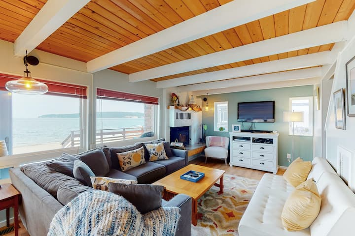 Two story, dog-friendly oceanfront cottage w/deck, private gas grill, wood stove