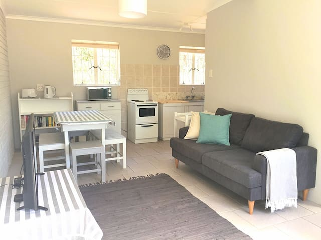 Tranquil beach cottage, bordering nature reserve
