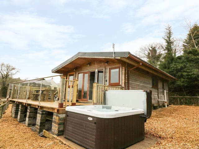 THE CABIN, pet friendly, with hot tub in Pontardawe, Ref 932122