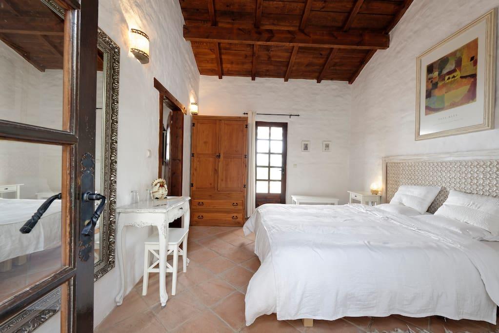 16m² slaapkamer met een 2persoonsbed, kleerkast, eigen 8m² badkamer en 8m² privé terras.