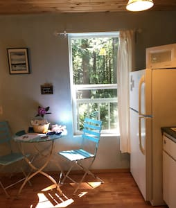 Cozy Forest Suite Studio + Hot Tub - Bellingham - Apartment