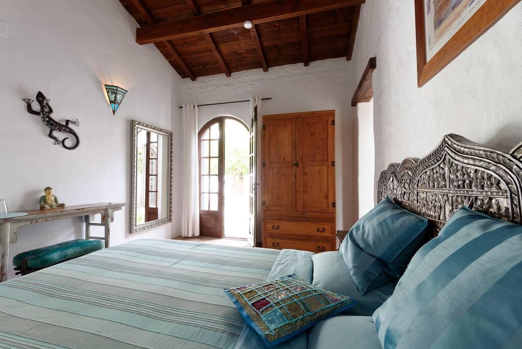 16m² Moors-ingerichte 2 persoonskamer, met 2persoonsbed, kleerkast, 8m² badkamer met inloopdouche, aparte WC, Zuid gelegen privé terrasje.