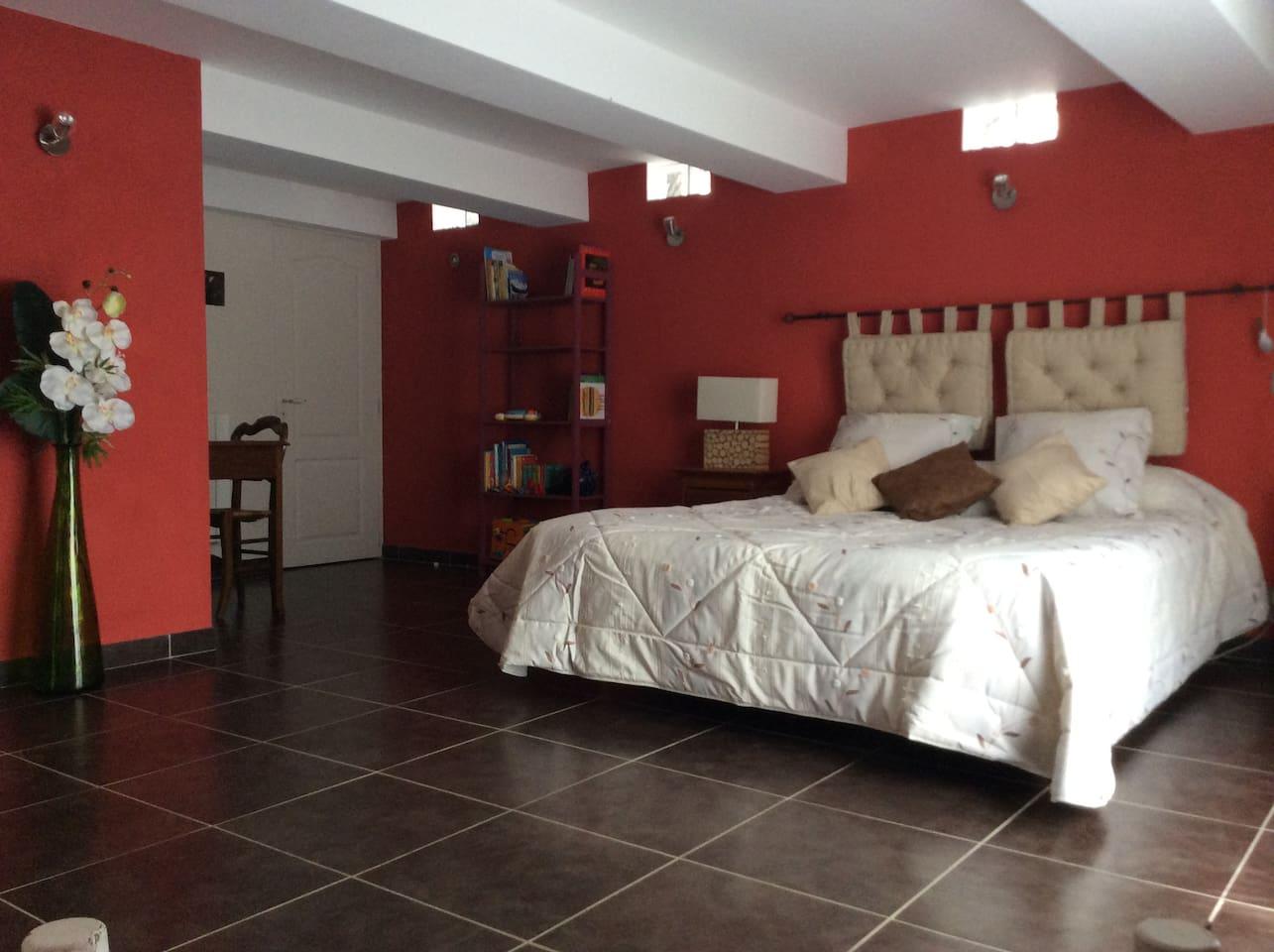 Chambre spacieuse avec un lit Bébé à disposition et double salle de bains avec Balnéo