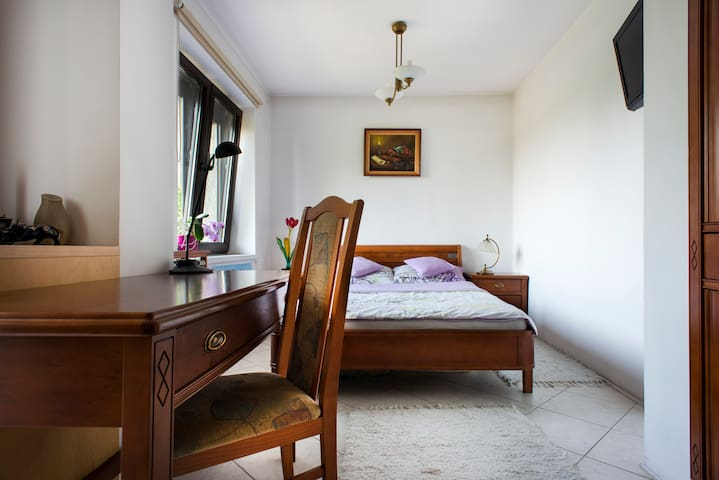 Double bedroom with tranquil garden I - กรากุฟ - บ้าน
