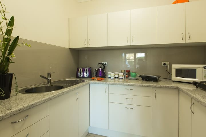 Beautiful, modern, private ensuite: The Blue Room - Wilston - Bed & Breakfast
