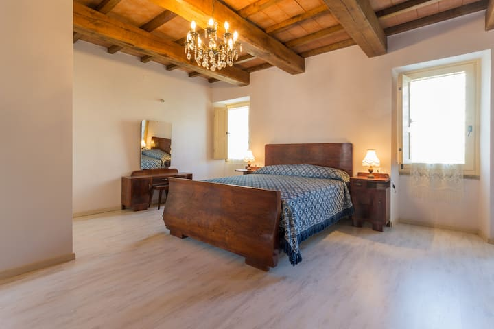 Villa Costanzi: Large Bedroom With BR and Garden - Sigillo - Huis