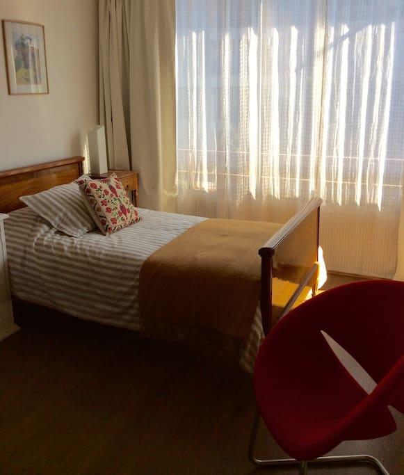 Cama plaza y media,almohada modular, plumón, lámpara de velador. Butaca
