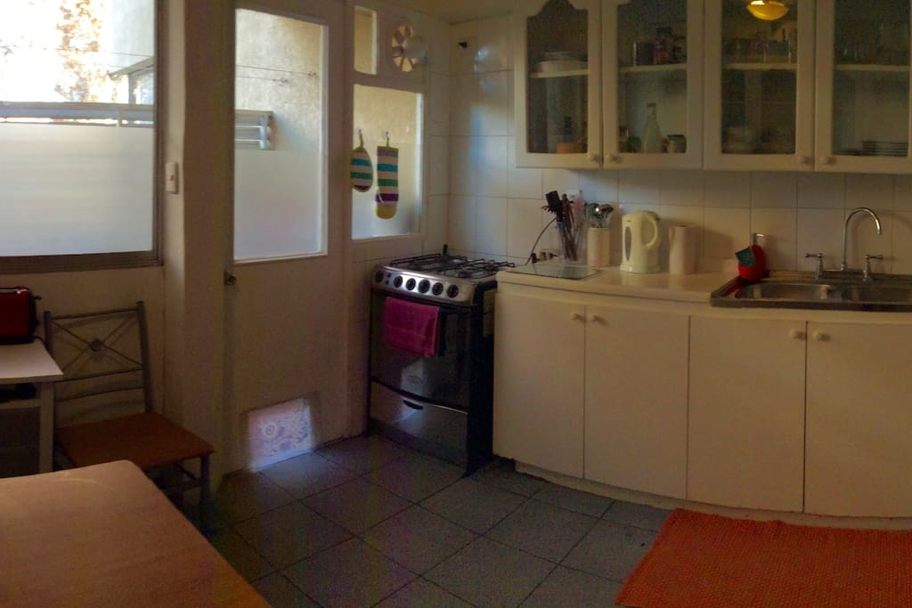Cocina, con mesa para desayunar, micronda, refrigerador, tostador, vajilla disponible