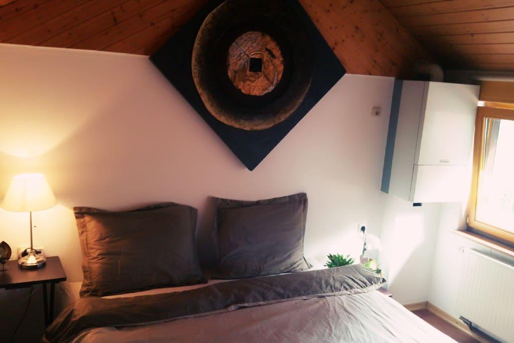 Schlafzimmer mit Wasserbett und Aussicht auf die Terrasse...