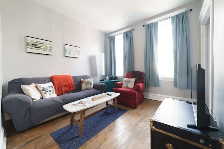 """Living room with 42"""" tv & chromecast"""