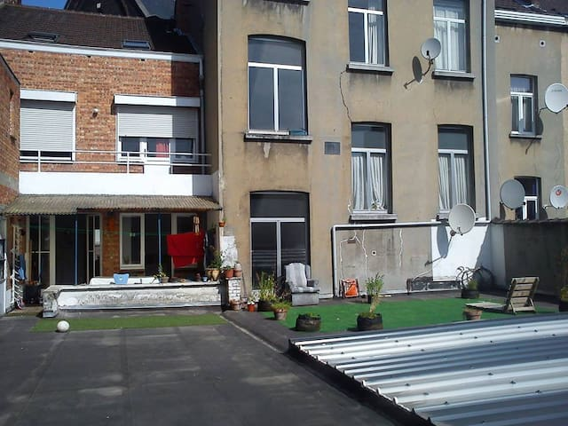 Shared house with big court, room 2 - Schaerbeek - House