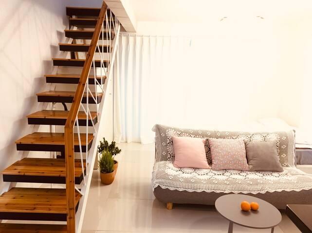 거실과 이층으로 연결된 계단 The stairs leading up the living room and upstairs