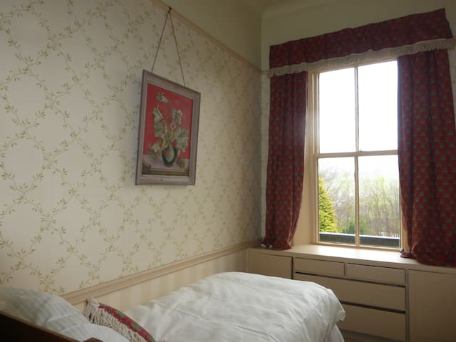Single bedroom with lovely views - Holmbridge - Hus