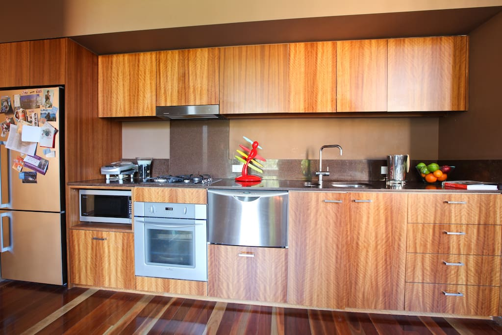 Fully equipped kitchen - Fridge, microwave, cook top and oven plus dishwasher.