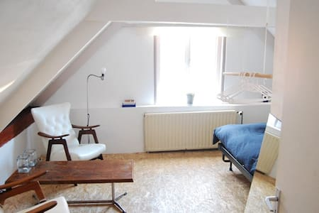 Charming and between airport/center - Haus
