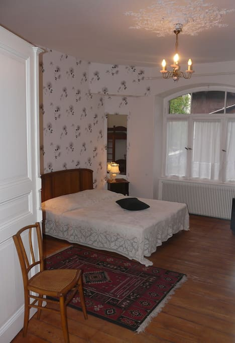 Chambre a coucher tres spacieuse avec 1 lit de 160 et 2 lits superposés et un lit parapluie pour bébé