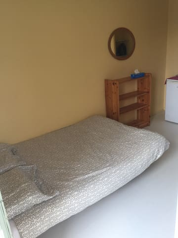 Chambre isolée lit double dans triplex montant