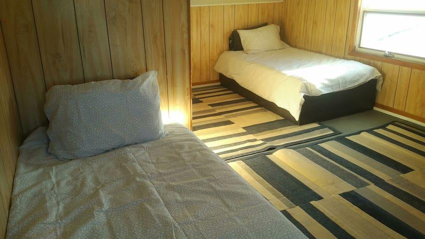 Twin bedroom (2 single beds) upstairs