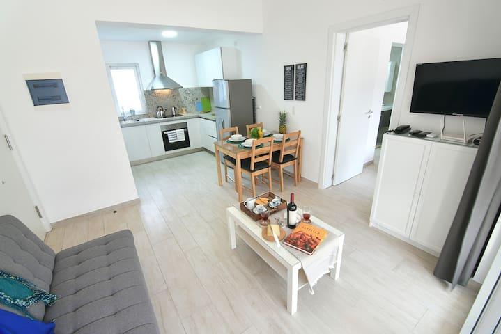 Lindo y cómodo apartamento, bellamente amoblado y totalmente equipado, ideal para parejas solas o con hasta 2 niños que pueden dormir en el sofá cama de la sala