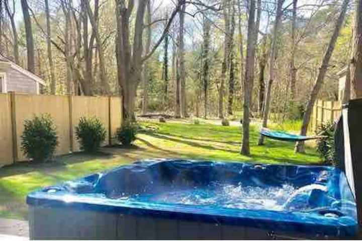 ★ Hot Tub ★Pet OK★Firepit★Walk to Village & Beach★
