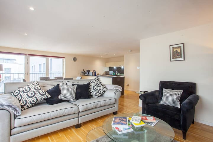 Spacious and Stylish Apartment in Glasgow Centre