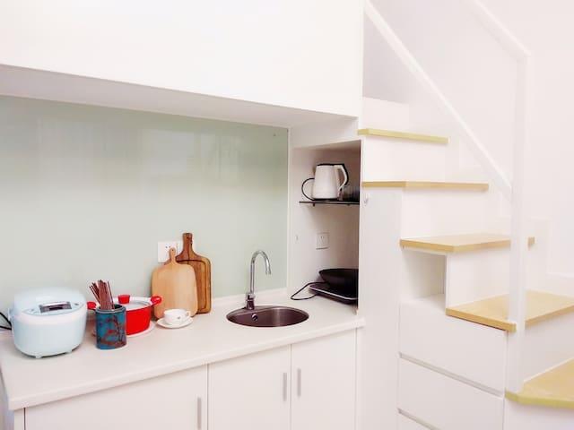 开放式厨房配备电水壶电磁炉电饭煲炒锅汤锅碗筷